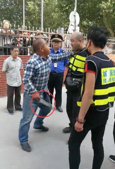 郑州一卖烤红薯小贩不愿撤摊 持刀恐吓城管被拘