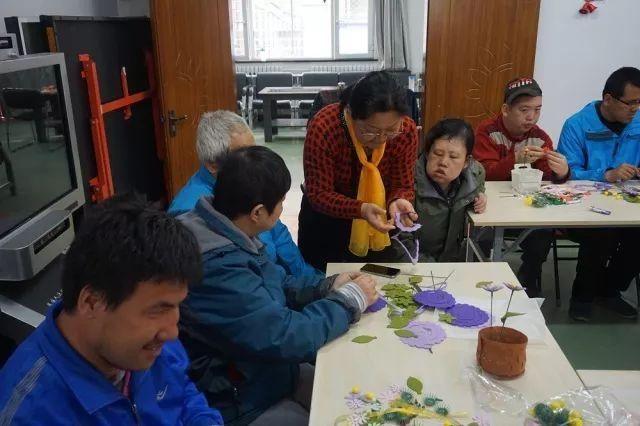 和谐八角手工举办残疾人图纸花卉制作活动的纷争王列残联装备图片