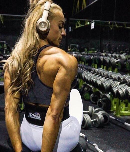 国外健美女教练,肌肉发达体脂低到5%,网友:练的全是腱子肉!