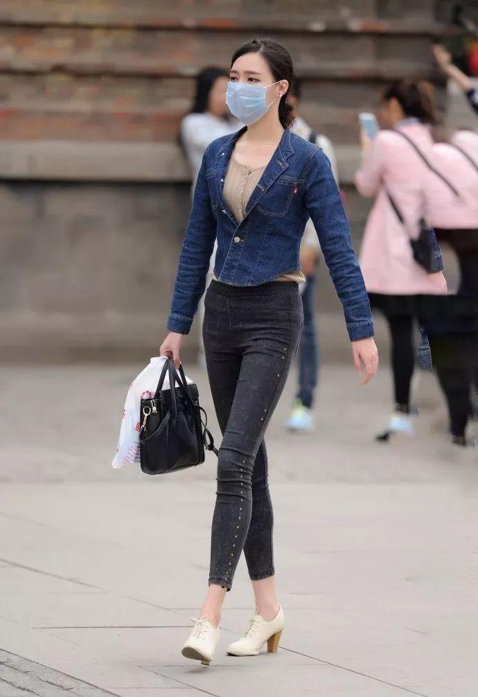 街拍:戴着口罩秀美中透着一股英气,仪态不可方物的牛仔长裤美女