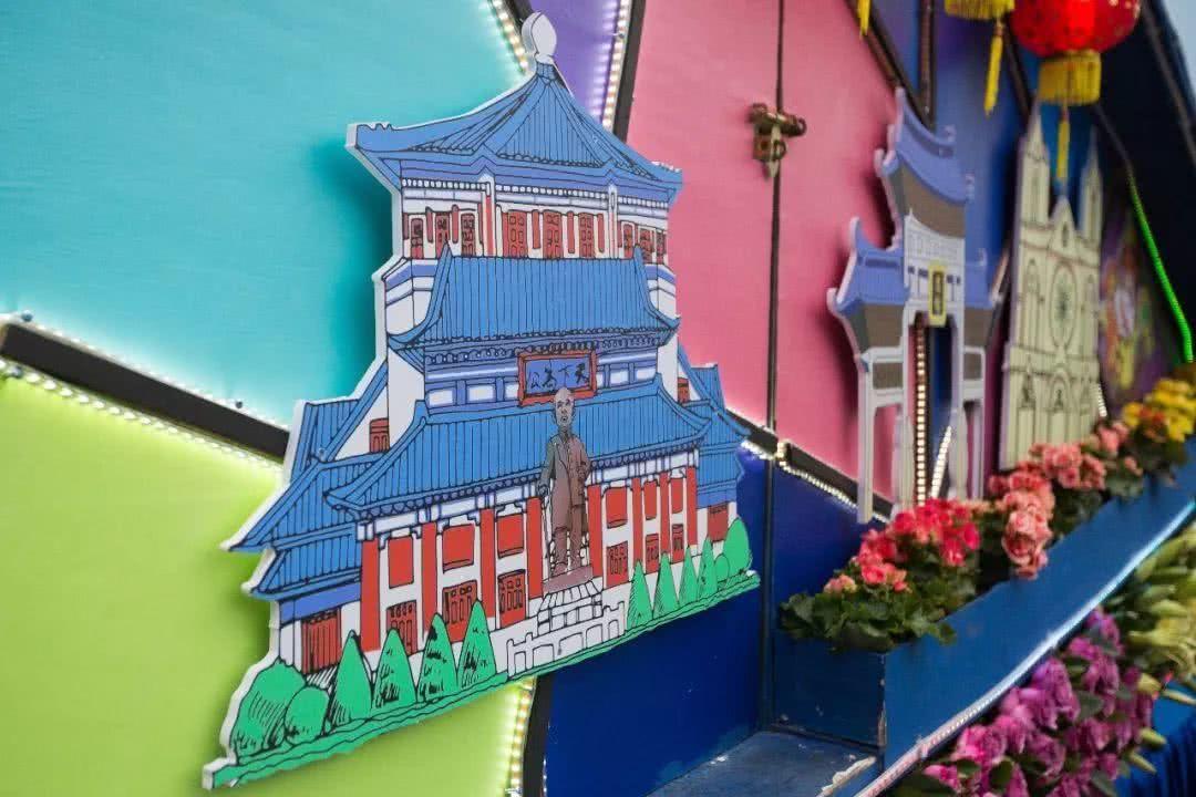 花车设计上,巧用卡通手绘画展现广州浓浓的年味,以及舞龙,醒狮等传统