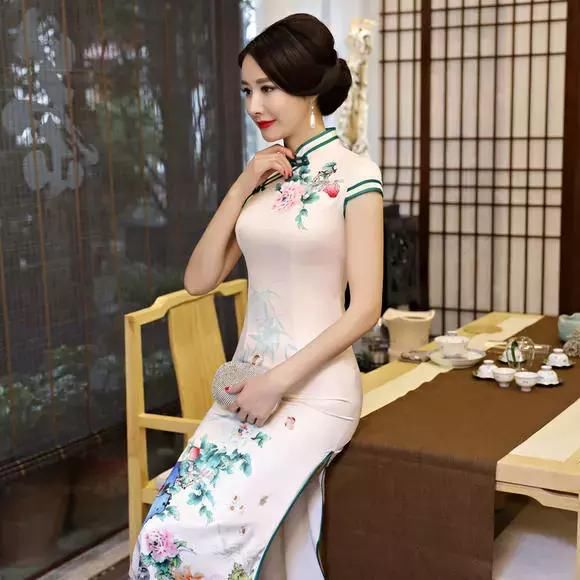 穿上这袭旗袍,在这个春天缤纷绽放!