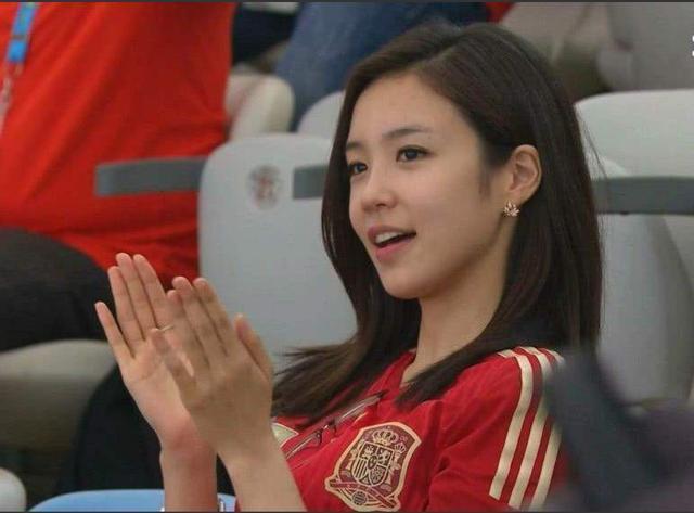 又是她!4年前经典回头一笑 清纯小妹重返世界杯