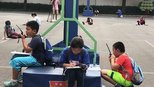 双休日,这所中学的操场上搭起一座座小帐篷,小伙伴们利用节假日在忙些啥?