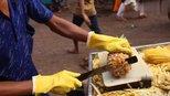 三哥这样削菠萝,跟螺旋状的削法,哪个浪费的最多?有人知道吗?