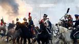 白俄民众重演拿破仑时期战役场景 炮火中决斗精彩绝伦