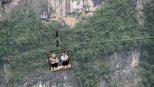中国最危险的村庄,四周被悬崖绝壁包围,进出只能靠一个铁笼子!