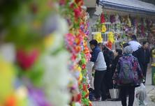 北京迎来清明节首个祭扫高峰日 八宝山人民公墓人流如织