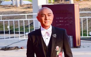 大咖张卫健现身第八届北影节红毯 搞怪依旧