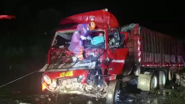陕西榆林:两车相撞司机被困 消防公安紧急救援