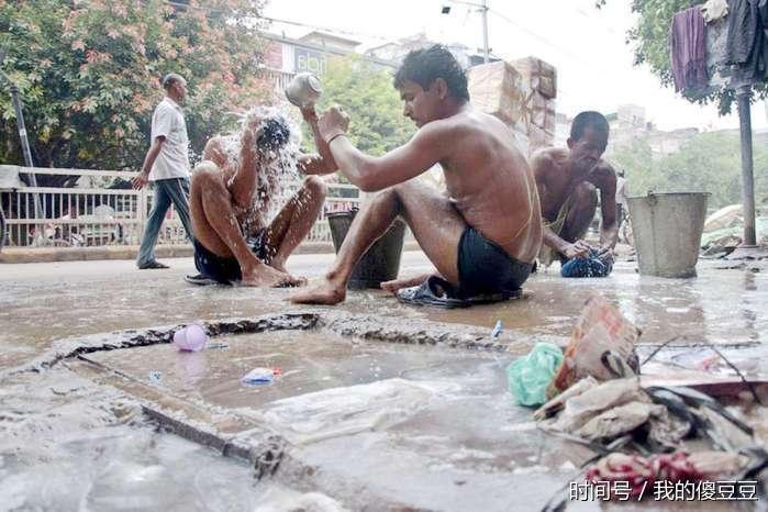 印度人喜欢大街上洗澡 不在恒河边也一样