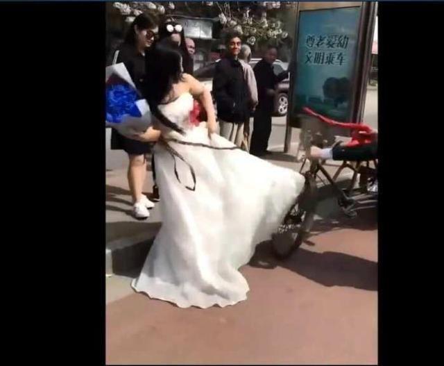 山东一新娘看到新郎开的婚车后,当场悔婚新郎跪地请求都没用