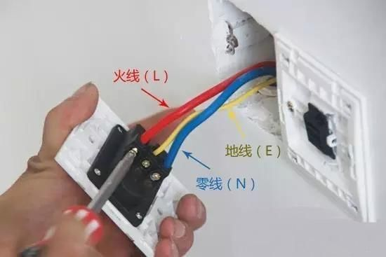 电工知识:为什么220v五孔插座电压插上电器不允许?