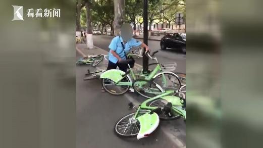 共享单车占了停车位 收费员粗暴拖移扔路边