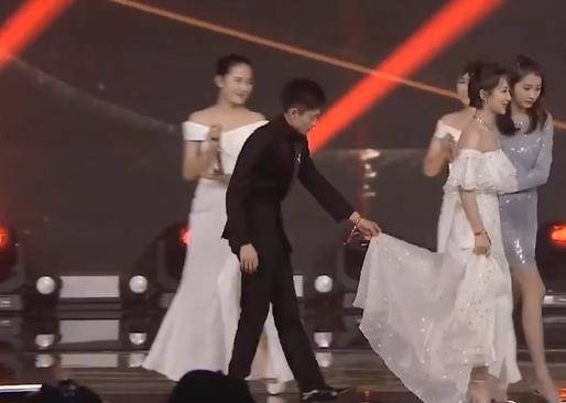 杨紫在微博之夜上出尽风头,张一山为他提着裙