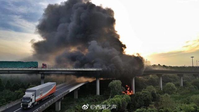 杭州一仓库凌晨突发火灾 烧焦电饭锅堆积成山