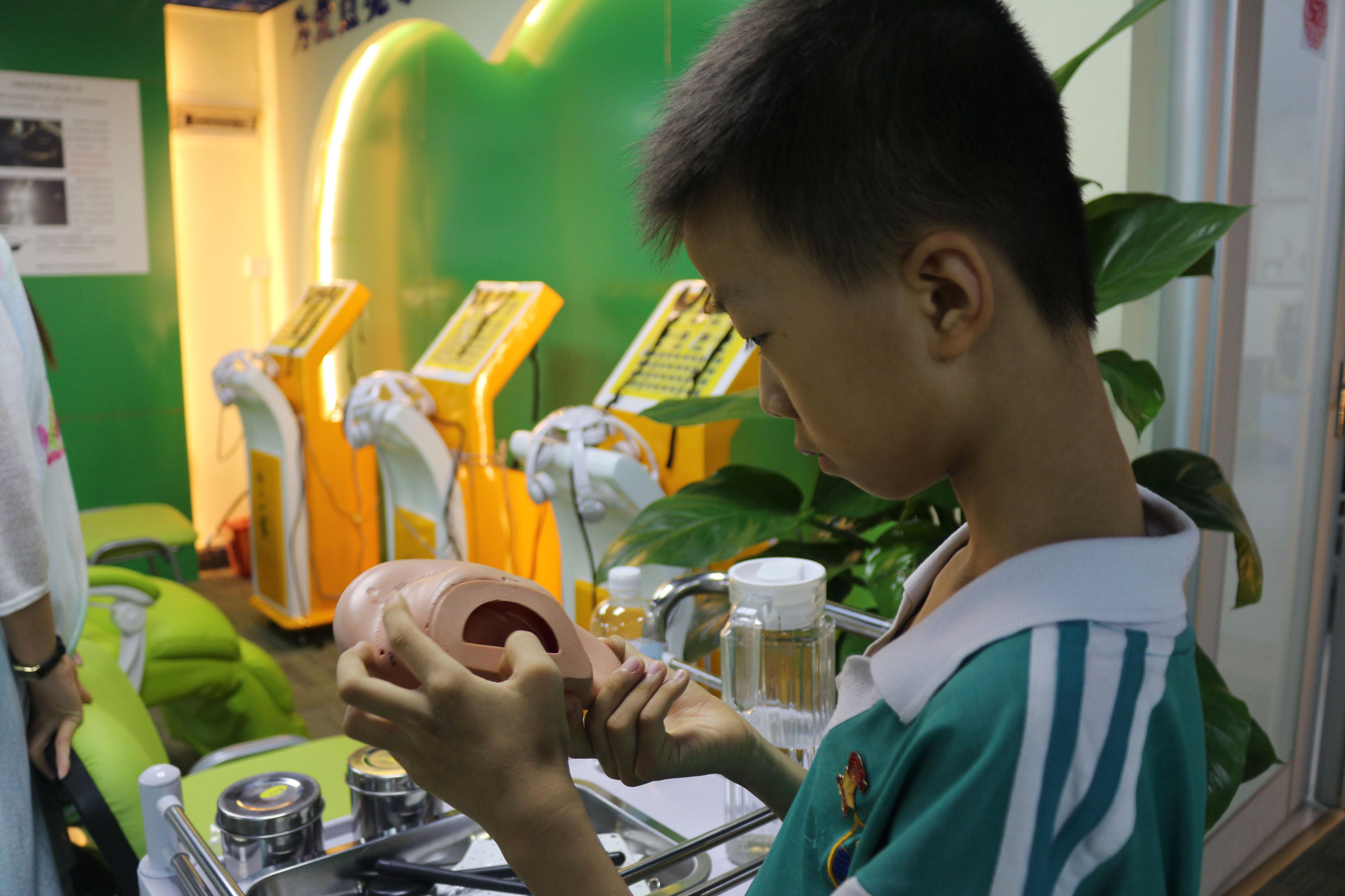 广州天河区一9岁男孩近视400度 妈妈:经常看电