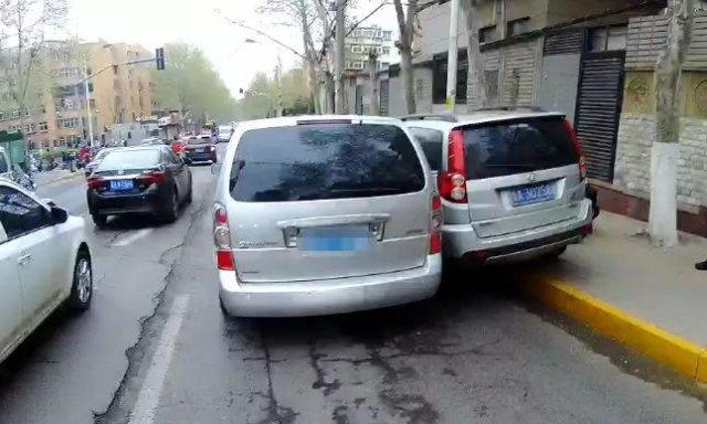 交警怒砸了逆行车的车窗!视频有点刺激