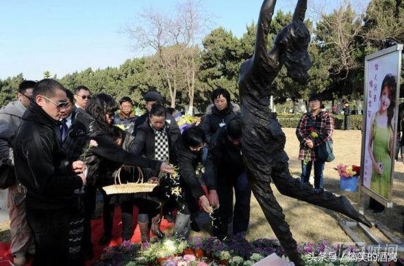 皇冠hg88:第一位穿着婚纱下葬的明星!李冰冰为她哭成泪人,年仅33岁去世!