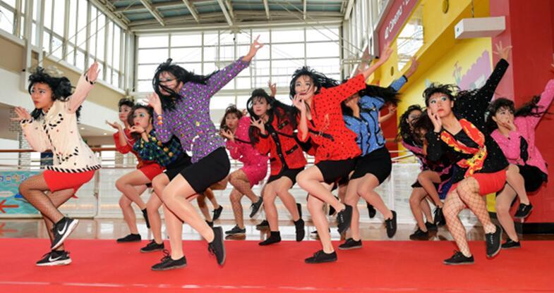 日本女高中生穿妈妈衣服跳舞 浓妆艳抹表情浮夸太辣眼