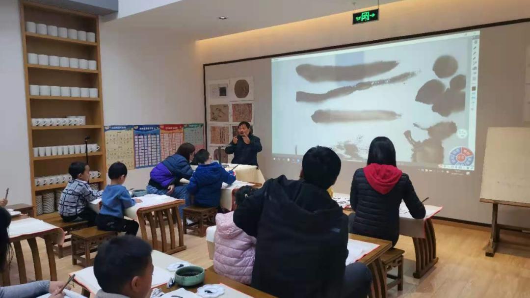 组工动态|传承文化 笔墨飘香,拱辰街道开展国画公益课堂