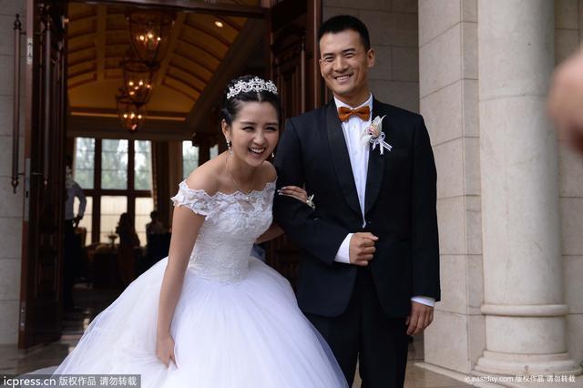 亚虎娱乐官网:19岁成小天后,31岁告别巨婴前夫,如今为养儿女四处登台