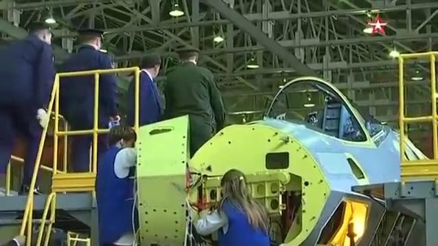俄苏-57战机进入批量生产线罕见场景曝光