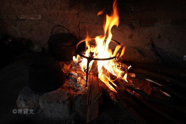 火就是神,彝族家家户户都有一个长年昼夜燃烧不息的火塘