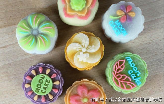中秋必学口感清爽的彩色花式 冰皮月饼
