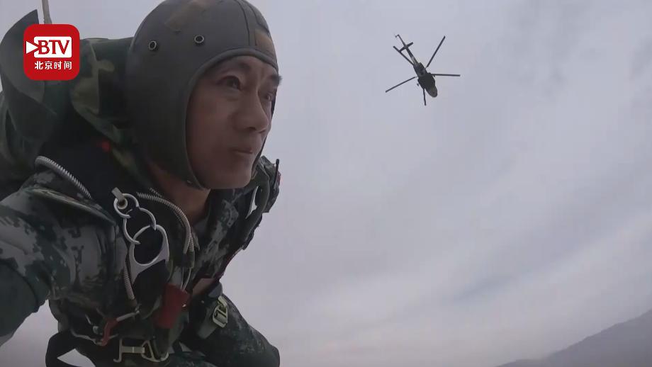 """""""陆军伞王""""朱武龙:27年跳伞2073次,44岁完成""""自杀式""""伞降!"""