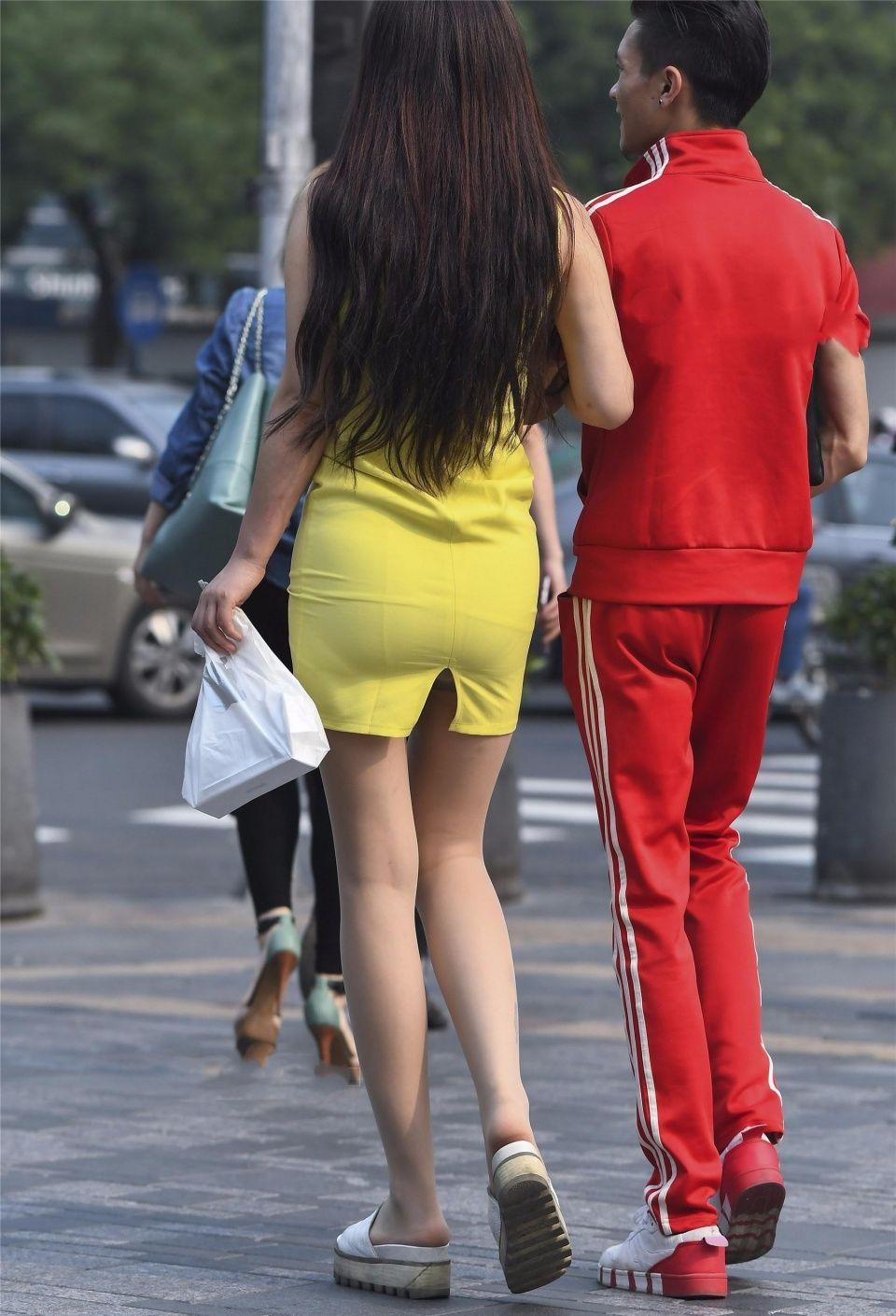 街拍,美女的开衩包臀连衣裙,开衩的位置有点巧妙啊