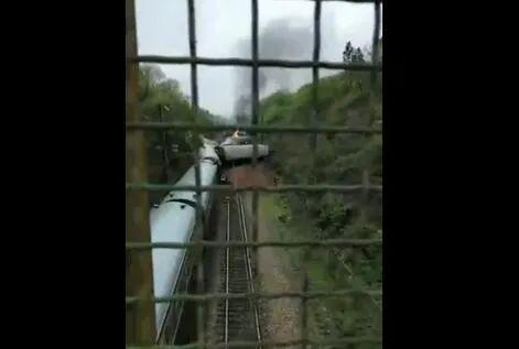 突发消息:今日11时济南至广州T179次火车侧翻起火 怎么回事?