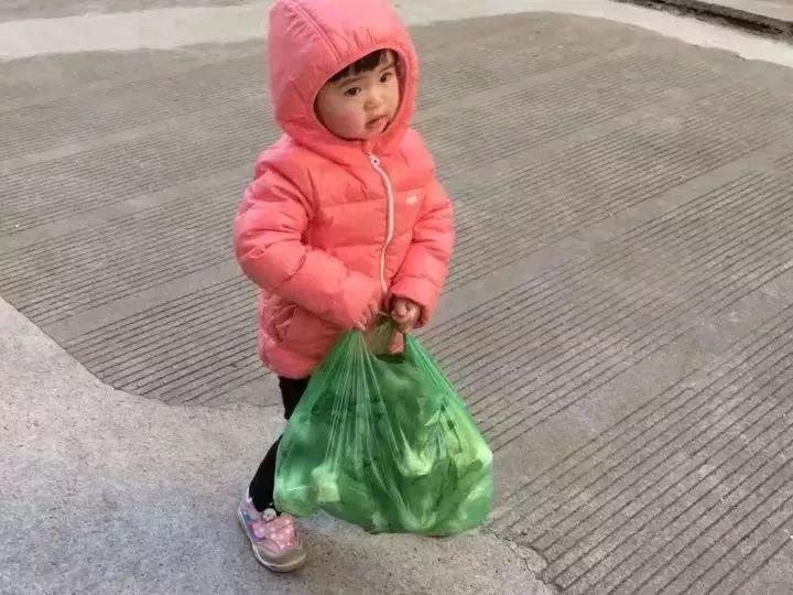 孩子1岁自己吃饭,1岁半会穿袜子,她是怎么做到