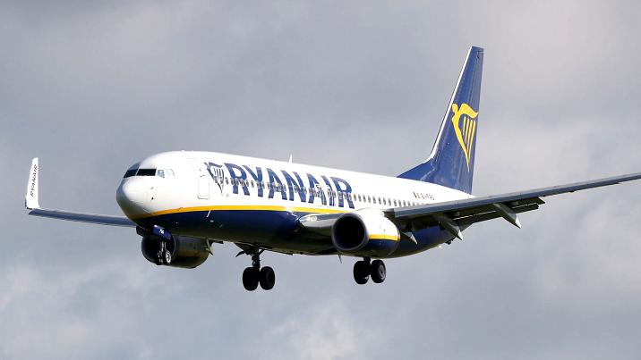 波兰飞往爱尔兰客机发现爆炸物信息 紧急降落英国伦敦