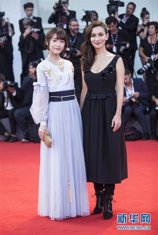 卢靖姗、徐娇亮相影片《水形物语》首映红毯