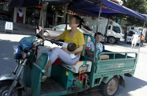 年轻的妈妈2_年轻母亲边开三轮边喂奶交警没罚款还一路护送-东北网法制-东北网